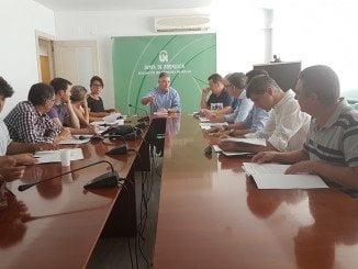 El delegado del Gobierno andaluz en Huelva en una reunión con los alcaldes beneficiarios de las ayudas