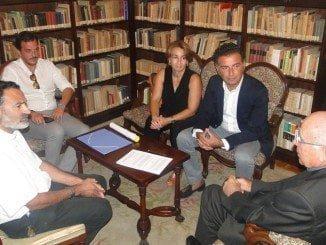 El obispo y el alcalde de Moguer en la firma del convenio para restaurar la iglesia
