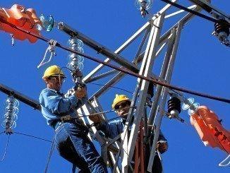 Operarios de Endesa se afanan en arreglar la línea desde Cortegana a Aroche