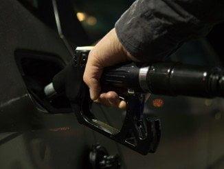 El precio de los carburantes ha bajado menos que el pasado año