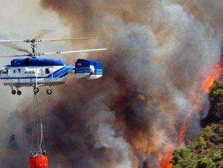 Un helicóptero trabaja en las labores de extinción del incendio
