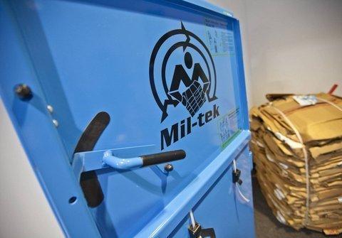 El exceso de envases de cartón y plástico, tan habitual en el sector hortofrutícola, puede ser sometido a un tratamiento respetuoso y rentable mediante el uso de las prensas y compactadores Mil-tek