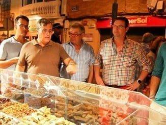 El mercado marinero se instala cada verano en Isla Cristina para enseñar a los turistas el producto local