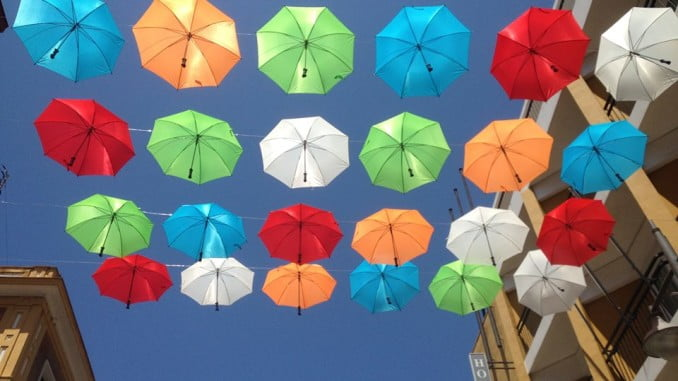 Originales sombrillas con paraguas en la zona donde está la Feria de Día