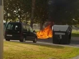 Contenedores ardiendo en la zona de Marismas del Polvorín.