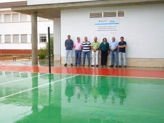 El director de la fábrica en Niebla, José de la Vega, y el equipo directivo del centro educativo