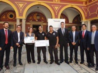 """Entrega del cheque a la ganadora del concurso """"Creemos en Huelva"""""""