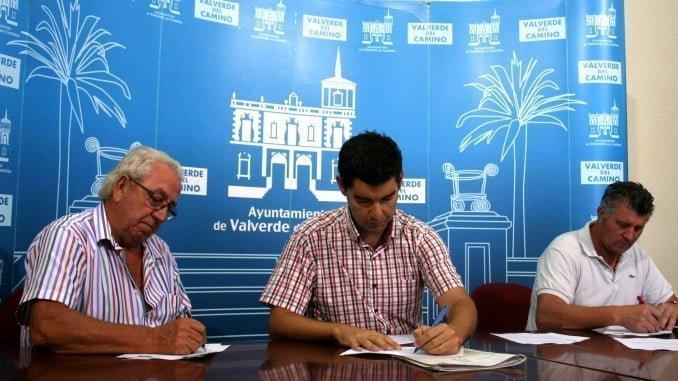 El concejal de Medio Ambiente en la firma de los convenios con dos empresas