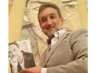 Capelo con el primer libro lanzado por la editorial onubense