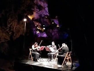 Un momento de la actuación de 'Música Etérea', un trío poco habitual de flauta, violín y viola