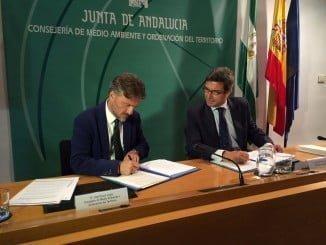 José Fiscal y Jorge Paradela, en representación de Heineken, firma el convenio de colaboración