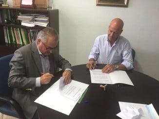 El delegado territorial de Igualdad y Salud y el alcalde de Calañas firman un acuerdo de colaboración