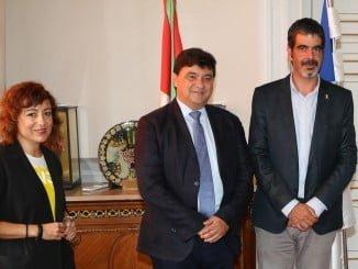 Gabriel Cruz y Elena Tobar han visitado al alcalde de San Sebastián, Eneko Goia