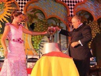 Bartolomé Beltrán y la Reina de la Vendimia depositando el vino en la bota de roble