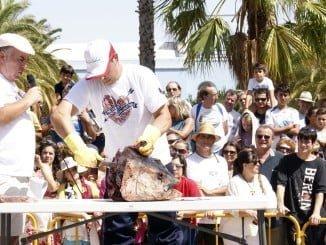 José Antonio López explica a los presentes el despiece del atún