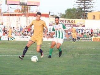 El Recre intentó mantener controlado el balón para evitar el juego ofensivo del Sanluqueño.