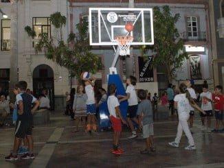 En la noche blanca para el comercio del centro, los niños tomaron con el deporte la Plaza de las Monjas este viernes.