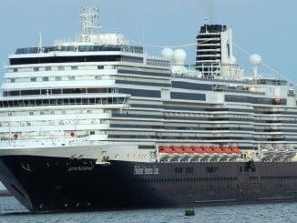 Entrada en el Muelle Sur del Puerto de Huelva del crucero 'Koningsdam', que por su tamaño resultó espectacular.