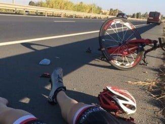 Imagen de un accidente de ciclistas en la Autovía de Gibraleón