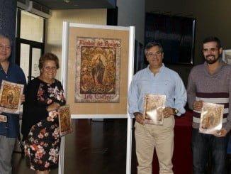 Las autoridades el técnico de Cultura y el representante de la Gestora del Consejo junto al Cartel muestran también la Revista..