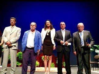 La alcaldesa junto a los galardonados