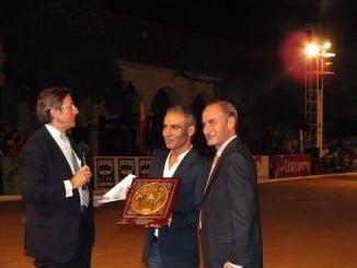 De izquierda a derecha, el presentador de la gala, Jesús Álvarez, Antonio Álvarez 'Pitingo' y el director-gerente de Unieléctrica, Diego Montes, patrocinadora de Cabalcor 2016.