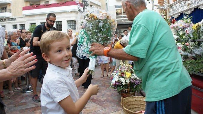 Son muchos los onubenses que se han acercado hasta la Concepción para depositar su ramo de flores
