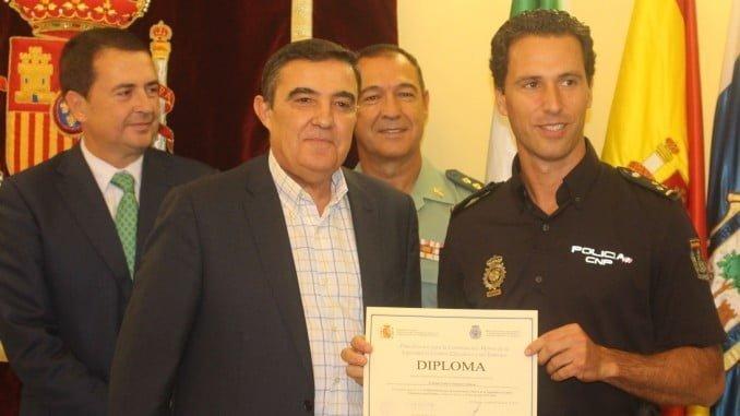 El subdelegado del Gobierno en funciones entrega un diploma a uno de los policías reconocidos