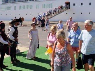 Los cruceristas a su llegada a Huelva son recibidos por el grupo de teatro Alota
