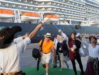 Recibimiento de los pasajeros del crucero 'Koningsdam' en el  Puerto de Huelva