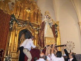 Momento en el que la Patrona isleña es colocada en el Altar Mayor