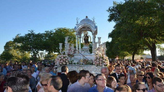 Numerosos onubenses acompañaron a la Virgen en su traslado