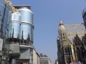 La Industria manufacturera y el comercio minorista, el que más empleo creó en las filiales españolas. En la imagen el singular edificio de Zara en Viena