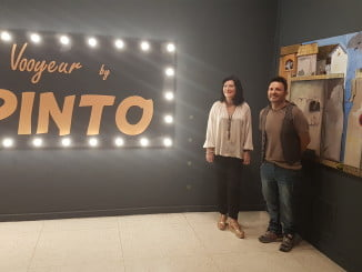 La delegada territorial de Cultura, Turismo y Deporte  ha visitado la exposición junto a su autor