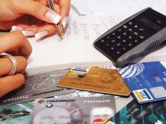 Los españoles gastan más de lo que ganan y recurren a los créditos y tarjetas