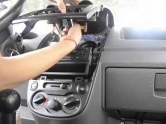 Un ciudadano informó sobre dos mujeres que salían de un vehículo portando un radio-CD.