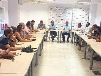 Domínguez en una reunión con alcaldes y portavoces soialistas sobre la situación en los municipios