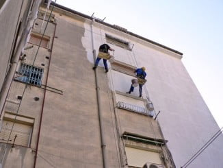 Una de las ayudas está destinada a la impermeabilización de las fachadas de edificios de Huelva