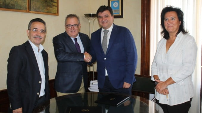 El alcalde de Huelva y el delegado territorial de Salud firman la cesión de terreno para el nuevo parking del Hospital