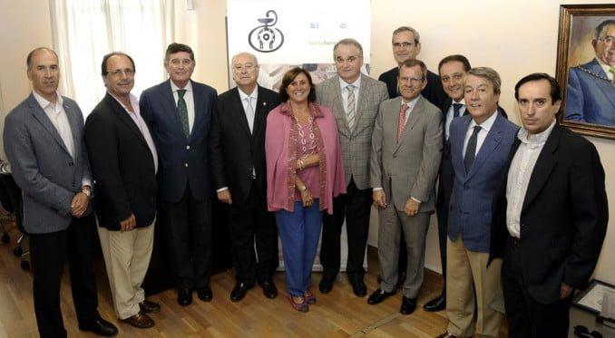 Representantes de los distintos Colegios de Farmacéuticos andaluces, del CACOF y de Laboratorios Ordesa. Antonio Mingorance (izquierda), presidente del Consejo Andaluz de Colegios Oficiales de Farmacéuticos, y Josecho Alonso, director de Laboratorios Ordesa