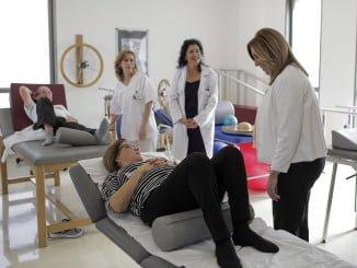 """Susana Día, visita el nuevo centro de salud de Íllora, en Granada, donde anuncia un incremento del presupuesto en Salud y declara que los """"ataques"""" a la sanidad andaluza no son gratuitos."""