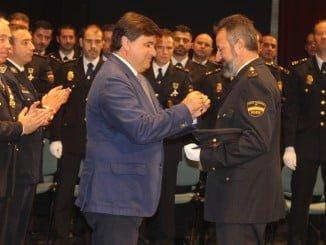 El alcalde condecora a uno de los policías distinguidos hoy