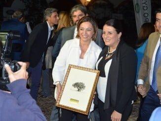 La alcaldesa de Almonte obsequió con un grabado de El Rocío a la alcaldesa de Córdoba
