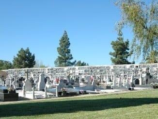 La Policía Local sólo permitirá entrar en la plaza del cementerio a los vehículos públicos