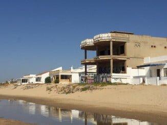 También se ha avanzado en la demolición del edificio ruinoso situado en primera línea de playa