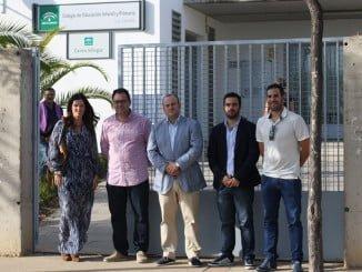 Díaz, junto a miembros de C's de Lepe ante el colegio Las Gaviotas