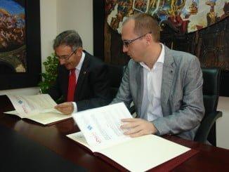 El director del certamen, Manuel H. Martín; y el rector de la Onubense, Francisco Ruiz