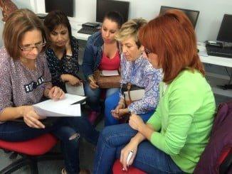 Mujeres en un curso de formación de Guadalinfo