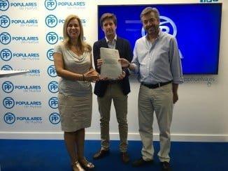 Dirigentes del PP muestran la documentación de los cursos de formación en Huelva.