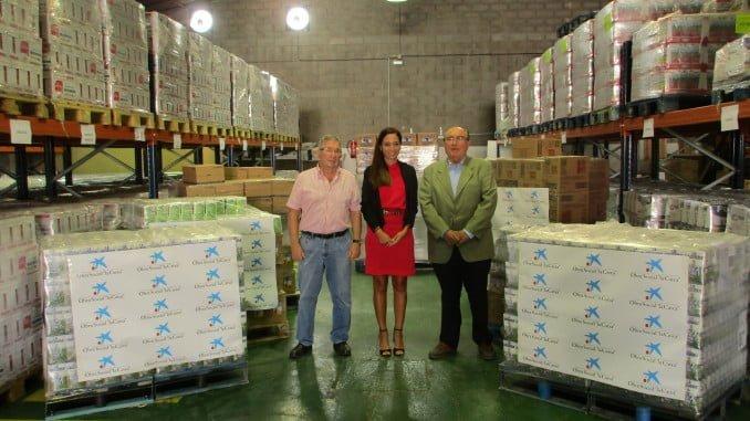 Rocío Pizarro y Juan Manuel Díaz Cabrera con uno de los responsables del Banco de alimentos
